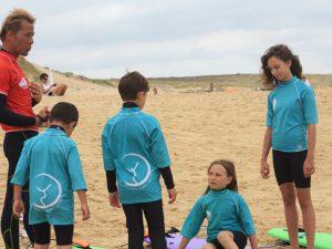 Explication des bases du surf sur la plage